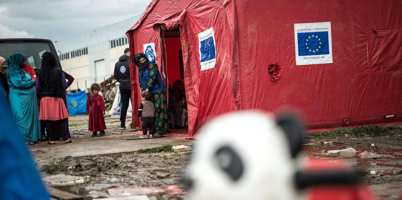 La queue pour la clinique mobile des Médecins du monde dans un camp improvisé à Torbali