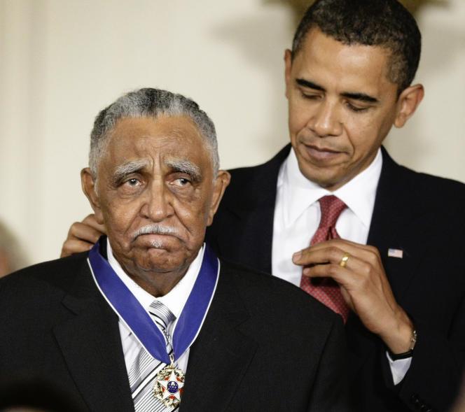 Le révérend Joseph Lowery (à gauche), lors d'une cérémonie de remise de la médaille de la Liberté par Barack Obama, à la Maison Blanche, le 12 août 2009.
