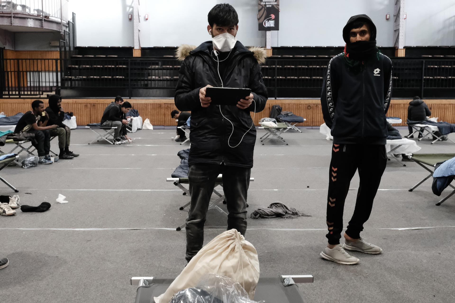 Les migrants patientent pour déclarer d'éventuels symptômes auprès des équipes de MSF et de l'association Utopia56, active dans l'hebergement citoyen, venue en soutien de l'opération.