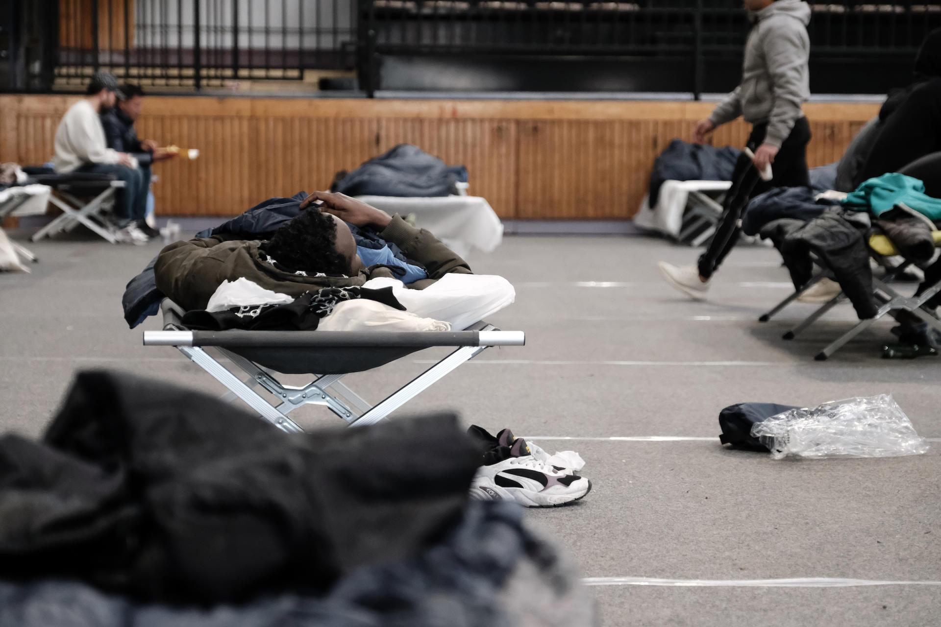 Les lits de camp, dans le gymnase, respectent les distances de sécurité sanitaire.