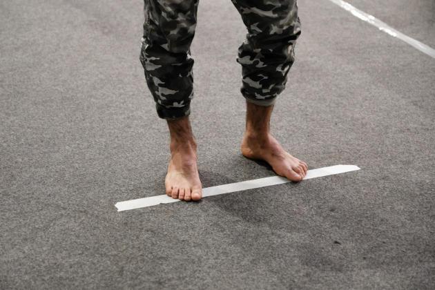 Les évacués du camp d'Aubervilliers attendent avec une distance de sécurité de deux mètres, pour se faire enregistrer auprès des équipes de MSF et de l'association Utopia56.