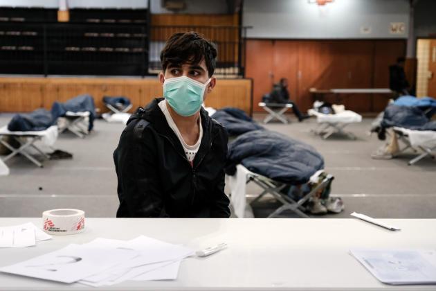 Un jeune migrant, 16 ans, d'origine afghane, vient d'être enregistré au centre d'hébergement, le 24 mars.