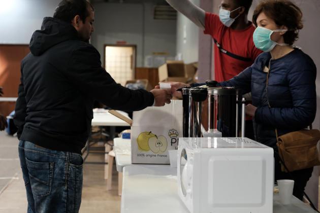 L'associationAlteralia, aussi mobilisée sur l'opération, distribue du café chaud et de la nourriture aux nouveaux arrivants.