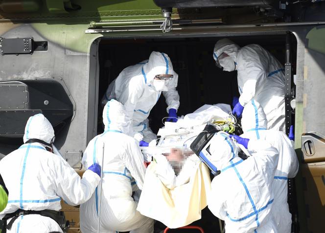 Samedi matin, la première évacuation effectuée par un hélicoptère militaire de Metz vers l'Allemagne a été conduite avec deux patients gravement atteints