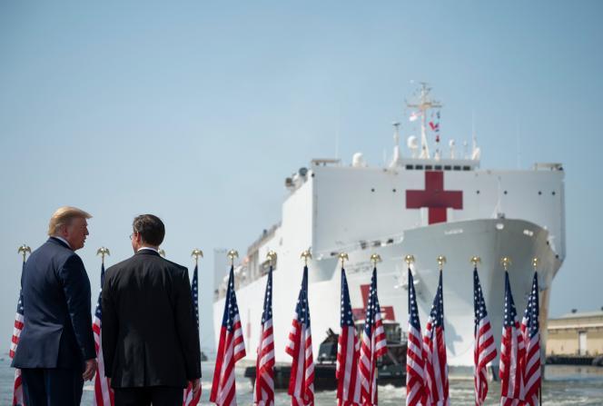Donald Trump et son secrétaire à la défense, Mark Esper, regardent le navire hôpital «USNS Comfort» à Norfolk (Virginie), le 28 mars.