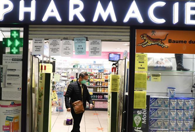 Dans une pharmacie, à Paris, le 24 mars.