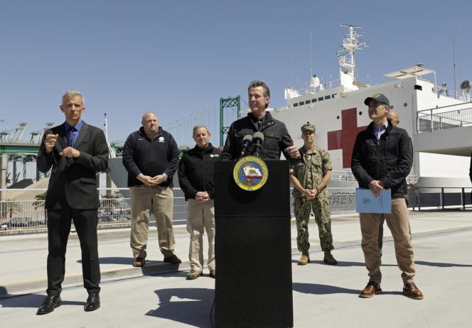 Le gouverneur de Californie Gavin Newsom lors d'un discours devant le navire-hôpital «Mercy», de la marine nationale, dans le port de Los Angeles, le 27 mars.