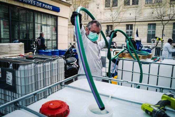 Un employé d'une pharmacie fabrique du gel hydroalcoholique destiné aux professionnels de la santé, le 27 mars, à Paris.
