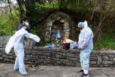 Des médecins avant une visite au domicile d'une patiente présentant des symptômes du Covid-19, à Bergame (Italie), le 27 mars.