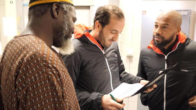 Abdelaali El Badaoui (à droite) avec Yassine (au centre), infirmier et juriste en droit social, dans un foyers d'anciens travailleurs migrants à Saint-Denis (Seine-Saint-Denis), en janvier 2020.
