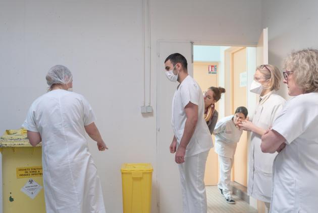 Les médecins et infirmiers du centre sont informés du protocole pour jeter les déchets contaminés – Saint-Renan, le 27 mars.