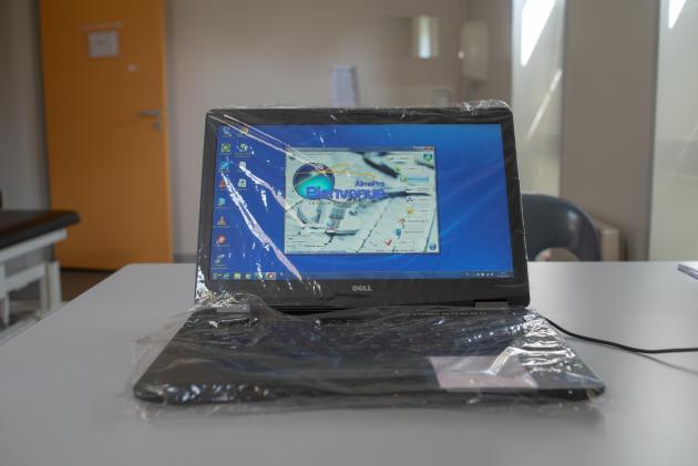 Un ordinateur dans un bureau de consultation. Il a été donné au centre par un parent d'élève – Saint-Renan, le 27 mars.