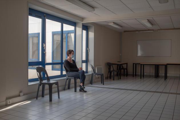 Une patiente dans la salle d'attente au centre de consultation. Elle est aide-soignante dans un Ehpad qui compte déjà cinq contaminés – Saint-Renan, le 27 mars.