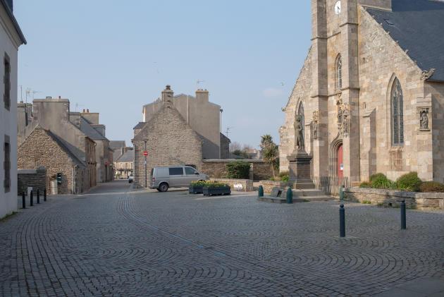 La place de l'église du Conquet, le 27 mars.