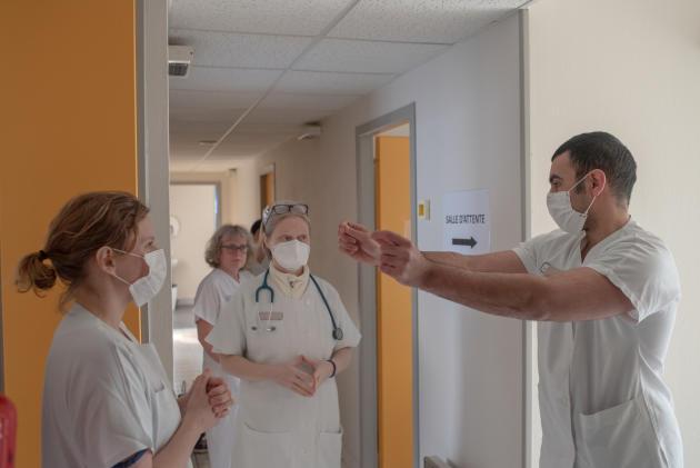 Nourddine Bessouia, interne à Brest, et Manon Verbeque, médecin au Conquet, expliquent à d'autres médecins et infirmières le protocole d'accueil au centre de consulation– Saint-Renan,le 27 mars.