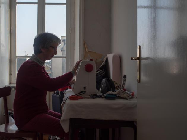 Marie-Hélène Kerouanton est infirmière libérale à la retraite. Elle fait partie de la réserve sanitaire. En attendant d'être appelée, elle confectionne des masques en tissu – Le Conquet, le 28 mars.