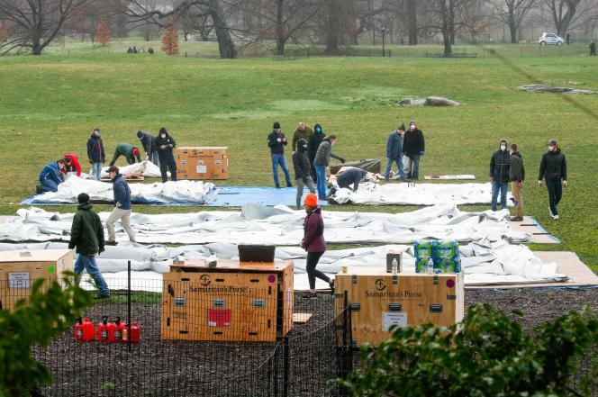 Signe que l'épidémie commence à transformer la ville, un hôpital de campagne était en construction dans Central Park pour faire face à l'afflux de malades des prochains jours.