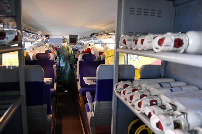 L'intérieur d'un TGV aménagé pour transférer des patients atteints par le Covid-19, parti le 29 mars du Grand Est vers la région Nouvelle-Aquitaine.