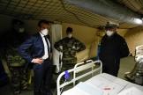 Le président Emmanuel Macron porte un masque lors de sa visite de l'hôpital militaire à Mulhouse (Haut-Rhin), le 25 mars.