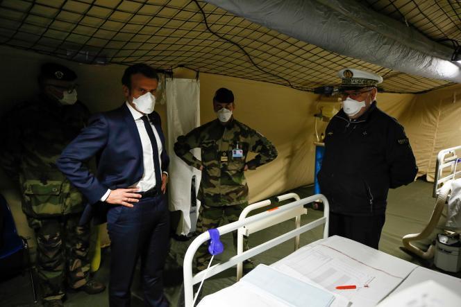 Le président Emmanuel Macron lors de sa visite de l'hôpital militaire à Mulhouse (Haut-Rhin), le 25 mars.