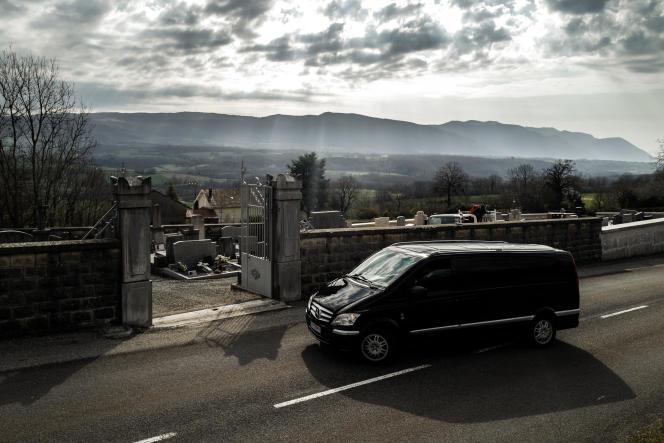 Le corbillard transportant le cercueil d'une femme décédée du coronavirus dans un Ehpad parisien arrive aucimetière de Ruffieux (Ain), le 19 mars.