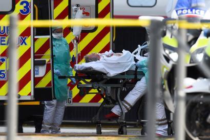Une équipe médicale transporte un patient infecté par le Covid-19, transféré par TGV médicalisé, à son arrivée à Bordeaux, le 29 mars.