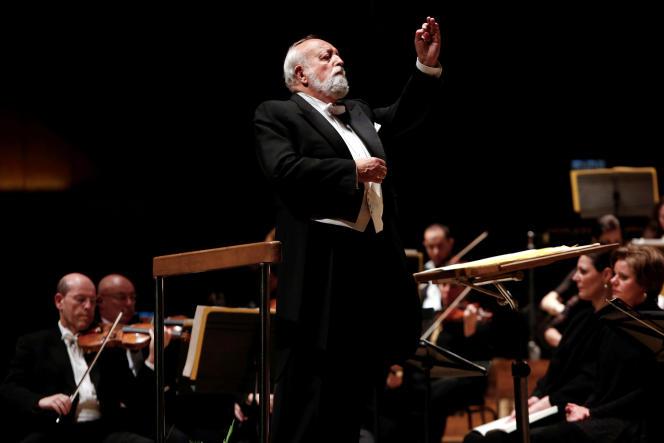 Krzysztof Penderecki à la tête de l'Orchestre philharmonique d'Israël, à Tel Aviv, le 12 février 2014.