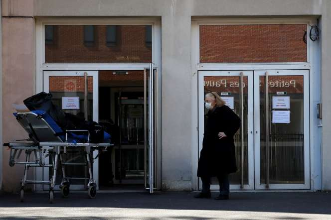 Une femme âgée devant l'entrée de la maison de retraite de la Fondation Rothschild (Ehpad) à Paris , le 25 mars.