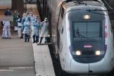 Du personnel médical attendant des malades du Covid-19 transférés depuis Mulhouse en TGV, dimanche 29 mars.