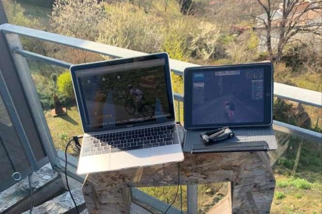 Les écrans d'ordinateurs avec les simulations de course face au home-trainer de Romain Bardet.