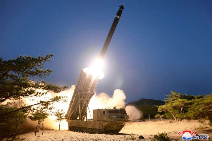 Photo prise le 29 mars 2020, publiée le 30 mars par l'agence de presse nord-coréenne KCNA, montrant un tir depuis un lieu non spécifié, en Corée du Nord.
