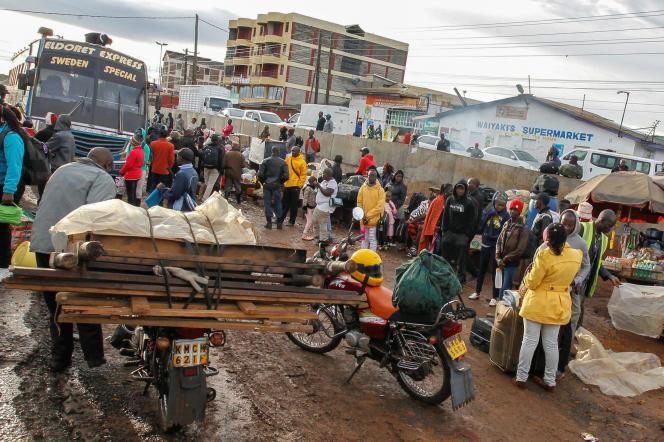 Des habitants de Nairobi attendent pour prendre des transports en commun afin de «rentrerau village», le 29mars2020.