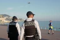 Des policiers français utilisent un drone pour surveiller la promenade des Anglais, à Nice (Alpes-Maritimes), le 19 mars.