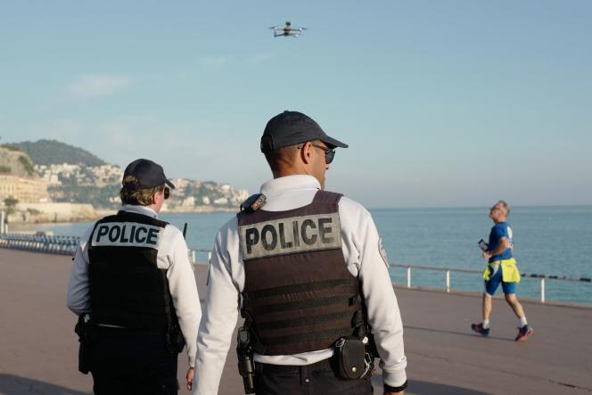 Des officiers de police utilisent un drone pour contrôler les passants sur la promenade des Anglais, à Nice (Alpes-Maritimes), le 19 mars.