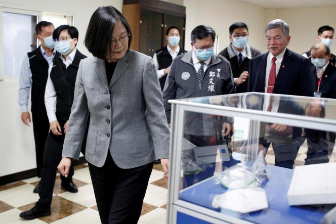 La présidente de Taïwan, Tsai Ing-wen,visite une usine de masques de protection, à Taoyuan, lundi 30 mars 2020.