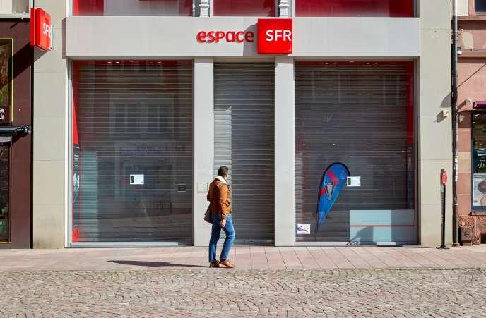 Devant une boutique SFR, à Mulhouse, le 12 mars.
