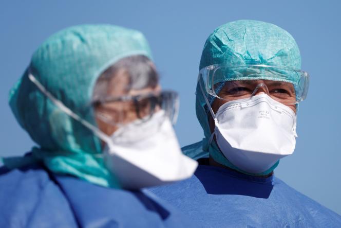 Des membres du corps médical lors d'une opération de transferts de malades à Strasbourg, le 30 mars.