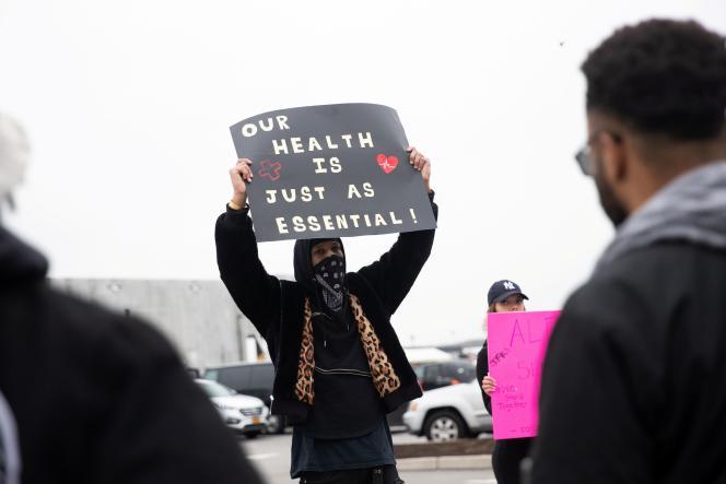 Le salarié d'Amazon Chris Smalls proteste contre le manque de protection contre le Covid-19, devant un entrepôt de Staten Island, à New York, le 30 mars 2020.