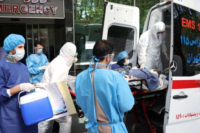 Des médecins et des infirmières urgentistese transfèrent un patient atteint par le Covid-19, à Téhéran, le 30 mars.