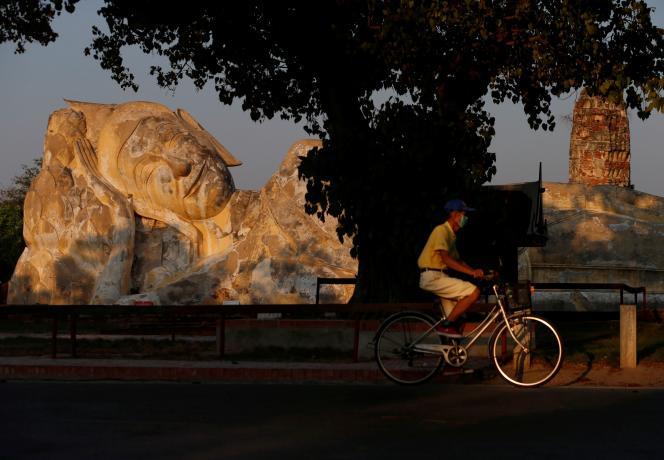Un cycliste traverse l'ancienne cité thaïlandaise d'Ayutthaya, habituellement peuplée de touristes, le 30 mars.