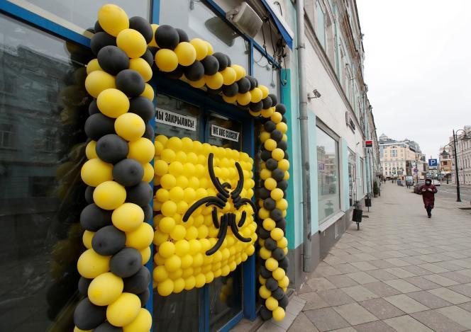 Des ballons pour signifier le danger sanitaire à l'extérieur d'un café, à Moscou, le 30 mars.