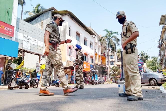 Des forces paramilitaires patrouillent dans les rue de Goa (Inde) pour s'assurer que les règles de confinement sont respectées, le 29 mars.