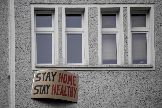« Restez chez vous, restez en bonne santé», dit cette pancarte à la fenêtre d'une résidence de Berlin, le 30 mars.