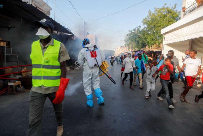 Au Sénégal, le 22 mars 2020, désinfection d'un des marchés de Dakar, désormais fermés pour éviter la propagation du coronavirus.