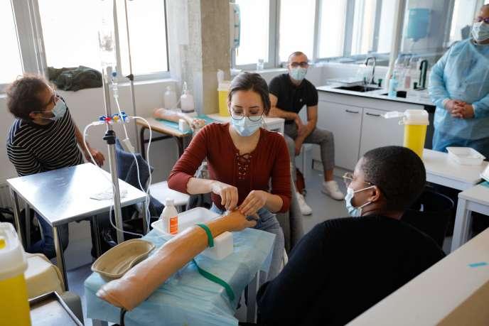 Sur le campus de Picpus, à Paris, le lundi 30 mars, des étudiants sont formés aux rudiments du métier d'infirmier.