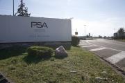 Entrée principale de l'usine PSA de Mulhouse, à Sausheim (Haut-Rhin), le 16 mars.