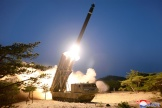 Photo prise le 29 mars 2020, publiée le 30 mars par l'agence nord-coréenne KCNA, montrant un tir depuis un lieu non spécifié, en Corée du Nord.