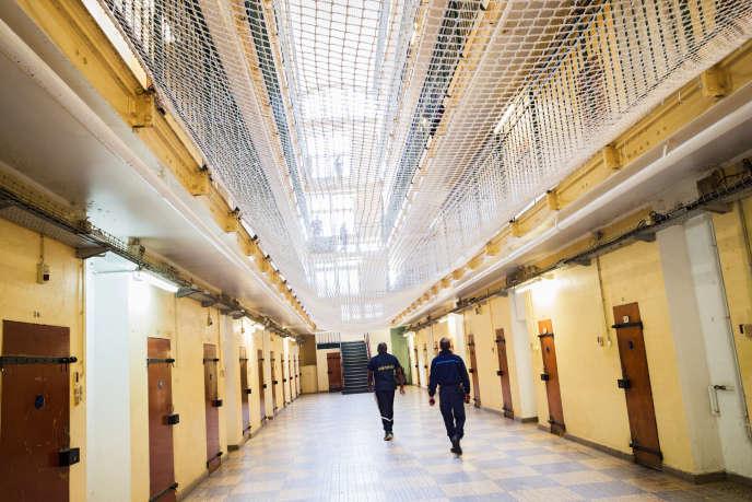 Un détenu et un gardien marchent dans un couloir de la maison d'arrêt de Fresnes (Val-de-Marne), le 20 octobre 2017.