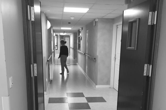 Dans un couloir de l'Ehpad, après la mise en place du confinement.