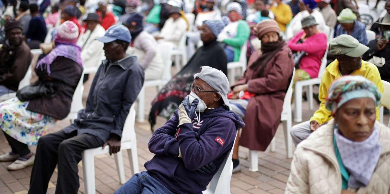 En Afrique du Sud, une dangereuse ruée aux guichets malgré le confinement